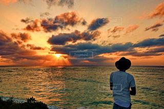 日没の前に立っている男の写真・画像素材[928758]