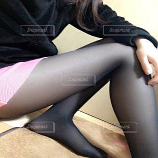 床に座る女性 - No.728649