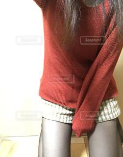 赤いニットの女性の写真・画像素材[793699]