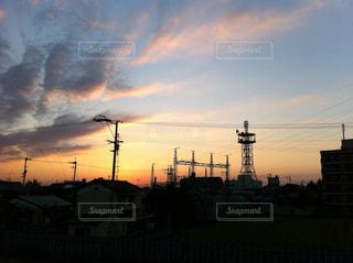 街に沈む夕日の写真・画像素材[734453]