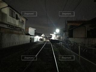 夜の線路の写真・画像素材[2046816]