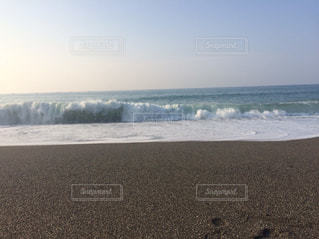 砂浜に押し寄せる波 - No.743756