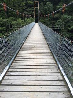 橋の向こうは山の写真・画像素材[743803]