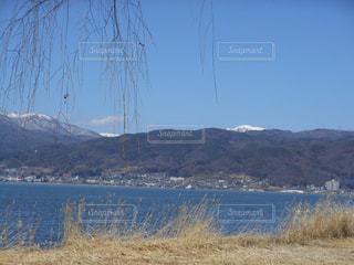 背景の山と諏訪湖の写真・画像素材[728093]
