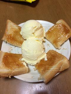 皿の上のパンの部分 - No.802219