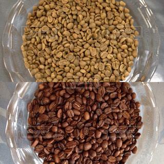 焙煎前後コーヒー豆比較写真の写真・画像素材[728881]