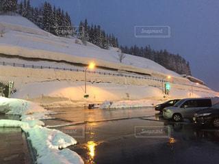 雪に覆われた車の写真・画像素材[728932]