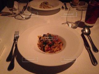 テーブルの上に食べ物のプレートの写真・画像素材[728936]