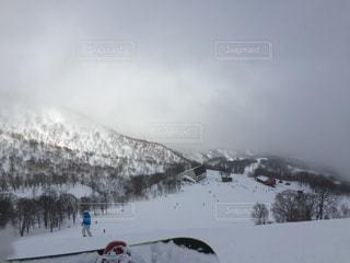 雪に覆われた斜面をスキーに乗っている人のグループ - No.728967
