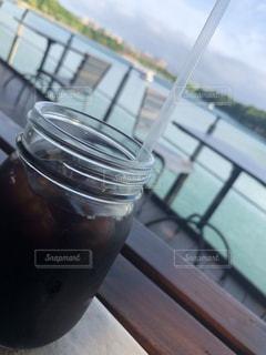 近くのテーブルの上のガラスのコップの写真・画像素材[1274679]