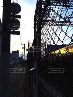 フェンス越しの電車 - No.728913