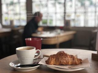 テーブルの上のコーヒー カップの写真・画像素材[1650364]