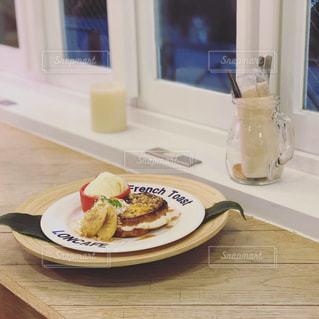 テーブルの上に食べ物のプレートの写真・画像素材[1695924]