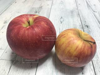 テーブルの上のリンゴの写真・画像素材[743246]