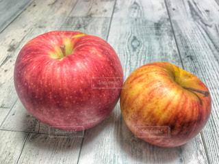 テーブルの上の2個の林檎 HDR調の写真・画像素材[743252]