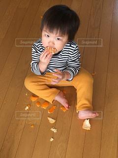 みかんを食べる男の子の写真・画像素材[731376]