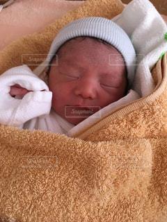 ベッドで眠っている赤ちゃんの写真・画像素材[731379]