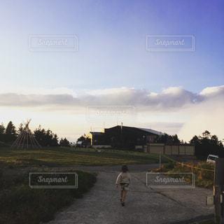 道の端に歩く男の写真・画像素材[766772]