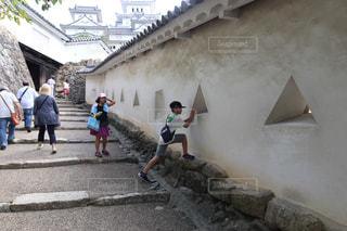 石造りの建物の上を歩く人々 のグループの写真・画像素材[730433]