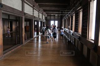 木製の床の上を歩く人々 のグループの写真・画像素材[730434]