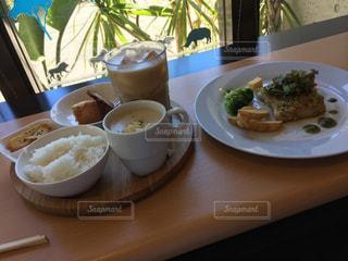 食品やコーヒー テーブルの上のカップのプレートの写真・画像素材[730530]