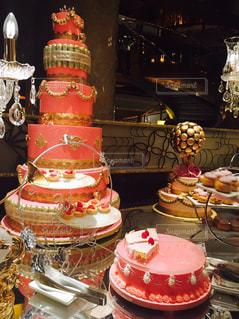 テーブルに赤と白のケーキの写真・画像素材[767718]