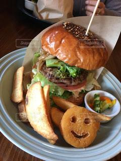 お昼に食べたラム肉のハンバーガーの写真・画像素材[1105487]