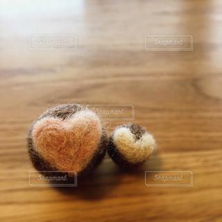 木製の表面の上に座ってテディベアの写真・画像素材[731545]