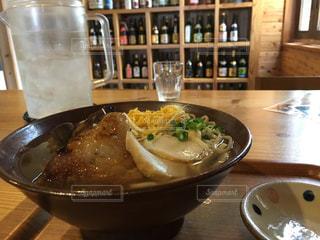 テーブルの上に座って食品のボウルの写真・画像素材[730932]