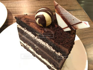 皿にチョコレート ケーキの写真・画像素材[730948]
