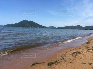 水の体の横にある砂浜のビーチの写真・画像素材[731666]