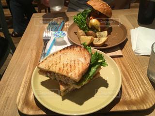 テーブルの上の皿にサンドイッチの写真・画像素材[731674]