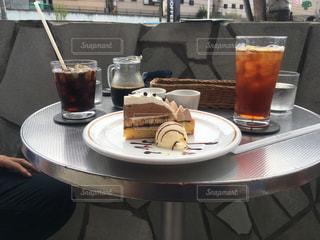 コーヒーやビール、テーブルの上のガラスのカップの写真・画像素材[731675]