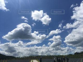 曇りの日の空に雲のグループの写真・画像素材[731704]