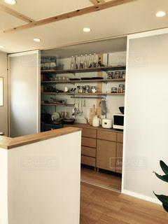 シンク、冷蔵庫付きのキッチンの写真・画像素材[733218]