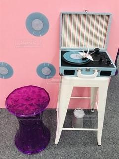 ピンク色とレトロなレコード機の写真・画像素材[2596165]