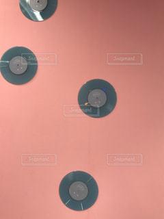 ピンクの壁にレコード♩の写真・画像素材[2804382]