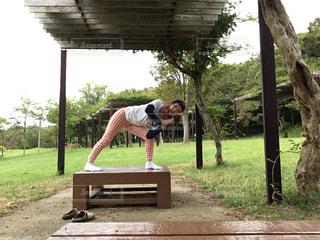 木製のベンチの上に立っている人の写真・画像素材[768572]