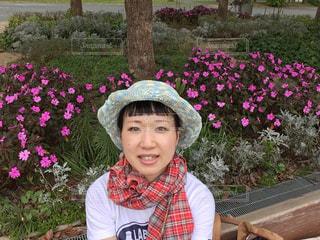 庭のベンチに座っている女性の写真・画像素材[771992]