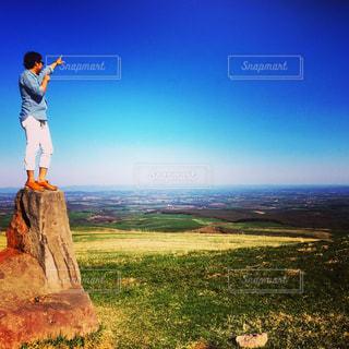 草の中に立っている男の人の写真・画像素材[810334]