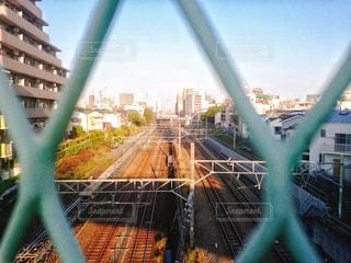 金網越しの線路の写真・画像素材[736178]