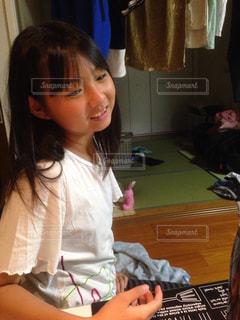 テーブルに座っている少女の写真・画像素材[756849]