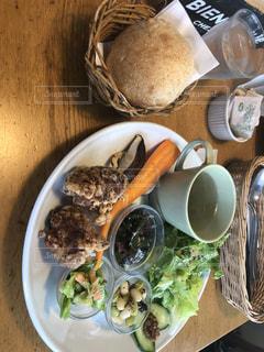 テーブルの上に食べ物のプレートの写真・画像素材[1122446]