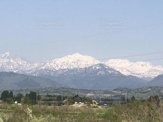 背景の山のフィールドの写真・画像素材[1155560]