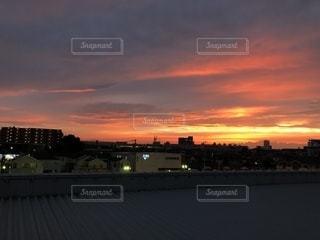 街に沈む夕日の写真・画像素材[1173636]