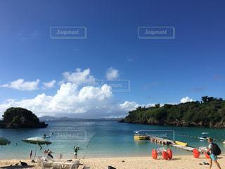 水の体の近くのビーチの写真・画像素材[744853]