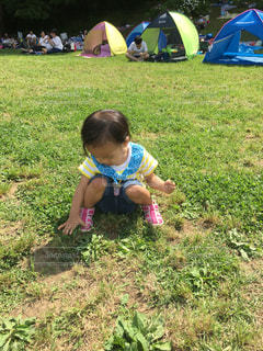 芝生に座っている少女の写真・画像素材[744902]