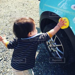 初めての洗車のお手伝いの写真・画像素材[733381]