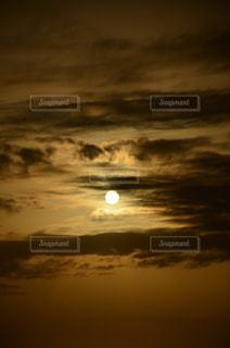 乳房山から望む夕陽・寄りの写真・画像素材[798721]