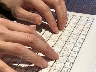 キーボードを打つ手元。の写真・画像素材[1050372]